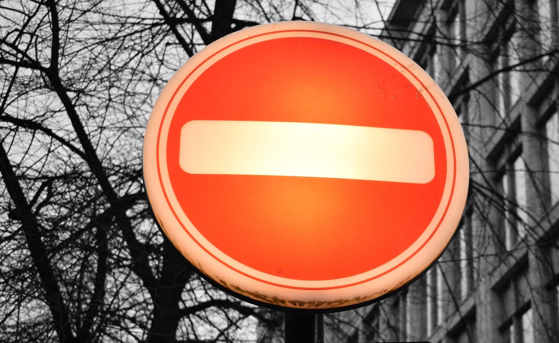 """Schild """"Durchfahrt verboten"""" (weißer Balken auf rotem Grund)"""